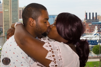 Kiss in front Buildings_